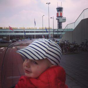 vliegveld, vliegtuig spotten, fietstochtje met kids, hij ziet ze vliegen