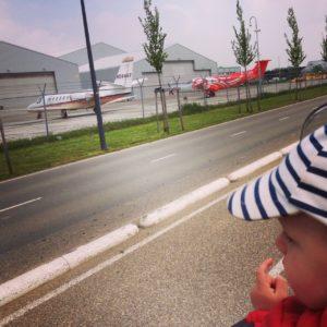 vliegtuig spotten, vliegveld, Rotterdam The Hague, hij ziet ze vliegen